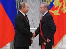 Владимир Путин и Юрий Соломин во время церемонии вручения государственных наград