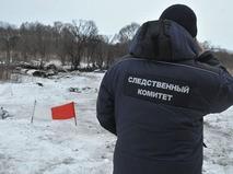 Сотрудник следственого комитета исследует место крушения самолета Ан-148