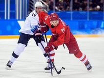 Райан Стоа и Николай Прохоркин в матче Россия - США по хоккею среди мужчин группового этапа на XXIII зимних Олимпийских играх