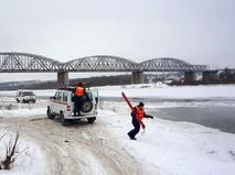 Сотрудники МЧС спасают тонущих на реке