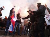 Украинские радикалы поджигают флаг России