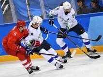 Слева направо - Владислав Гавриков (Россия), Жига Еглич (Словения) и Рок Тичар (Словения) в матче Россия - Словения по хоккею