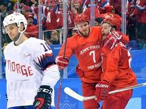 Российские хоккеисты Михаил Григоренко и Иван Телегин радуются заброшенной шайбе в четвертьфинальном матче Россия - Норвегия