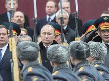 Владимир Путин на церемонии возложения венка к Могиле Неизвестного Солдата в День защитника Отечества в Александровском саду. 23 февраля 2015 года