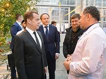 Председатель правительства РФ Дмитрий Медведев и глава Чечни Рамзан Кадыров во время посещения тепличного комплекса в Грозном