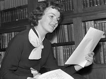 Юлия Борисова разучивает роль. 1957 год