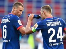 Игроки ПФК ЦСКА Василий Березуцкий (справа) и Алексей Березуцкий