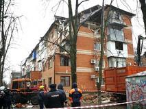 Сотрудники полиции и МЧС на месте взрыва газа в жилом доме на Славянской улице в Краснодаре