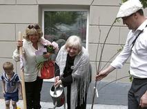Светлана Крючкова высаживает черешневые деревья в рамках фестиваля искусств в Москве