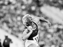 Илона Слупянек-Шокнехт (ГДР) завоевала золотую медаль XXII летних Олимпийских игр в толкании ядра
