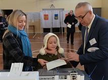 Девушка голосует на выборах президента РФ