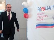 Владимир Путин во время голосования на выборах президента РФ