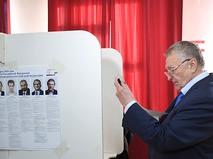 Владимир Жириновский у кабинки для голосования на выборах президента РФ