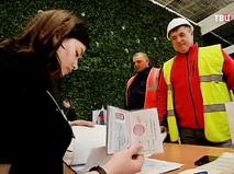 Строители аэропорта в Симферополе голосуют на выборах в Крыму