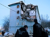 Сотрудники Следственного комитета России у многоквартирного жилого дома на улице Свердлова в Мурманске