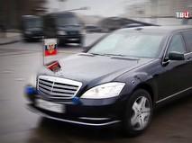 Российский флаг на представительском автомобиле