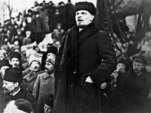 Владимир Ильич Ленин выступает с речью на Красной площади