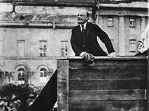 Владимир Ильич Ленин выступает с речью на Театральной площади (Свердлова) перед войсками, отправляющимися на фронт против белополяков