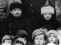 Владимир Ильич Ленин и Надежда Константиновна Крупская с группой крестьян на празднике. 1920 год