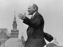 Владимир Ильич Ленин выступает с речью перед воинами Всеобуча