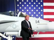 Дональд Трамп на фоне истребителя ВВС США
