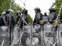 Сотрудники полиции на улице Еревана