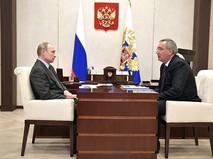 Владимир Путин и Заместитель Председателя Правительства Дмитрий Рогозинын