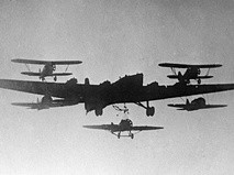 Тяжёлый четырёхмоторный бомбардировщик ТБ-3 и истребители И-15 и И-16