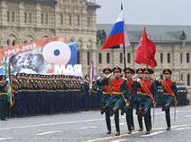 Парадный расчёт с копией Знамени Победы, государственным флагом РФ