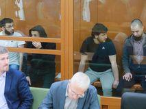 Обвиняемые в подготовке терактов в Москве Тамерлан Цечоев, Аброр Хайдаров, Хисматулла Наимов и Виктор Федорович (слева направо на втором плане) на заседании в Московском окружном военном суде