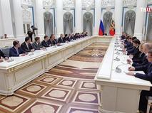 Владимир Путин на совещании с правительством в Кремле