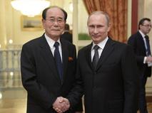 Президент России Владимир Путин (справа на первом плане) и председатель Президиума Верховного народного собрания КНДР Ким Ен Нам во время официального приема от имени главы Российского государства в честь высокопоставленных гостей XXII зимних Олимпийских игр