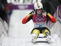 Натали Гайзенбергер (Германия) на финише в первом заезде на индивидуальных соревнованиях по санному спорту среди женщин