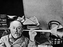 Константин Циолковский в своем рабочем кабинете
