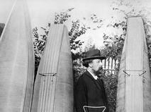 Константин Циолковский с моделями дирижаблей