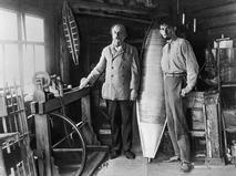 Константин Циолковский (слева) в своей домашней мастерской