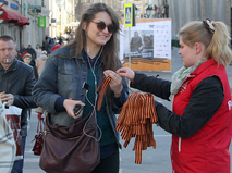 Волонтеры раздают георгиевские ленточки на одной из улиц столицы