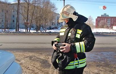 Спасатели МЧС замеряют степень загрязненности воздуха