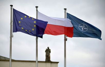 Флаги Евросоюза, Польши и НАТО у здания президентского дворца в Варшаве