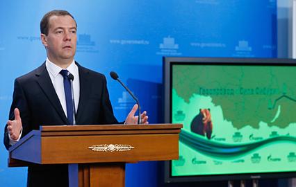 Председатель правительства России Дмитрий Медведев выступает на церемонии начала строительства китайского участка китайско-российского