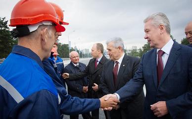 Сергей Собянин поздравляет строителей с окончанием работ
