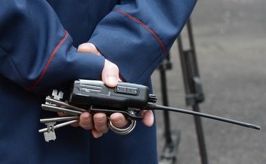 Ключи и рация в руках надзирателя