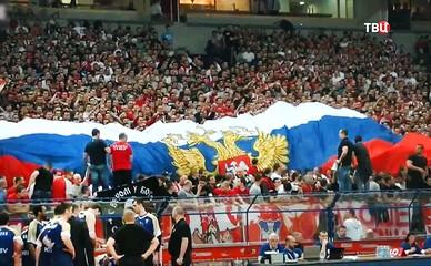 Сербские футбольные болельщики развернули Российский флаг
