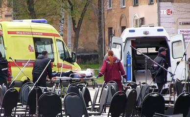 Скорая помощь увозит пострадавших при падении металлической конструкции на площади в Перми