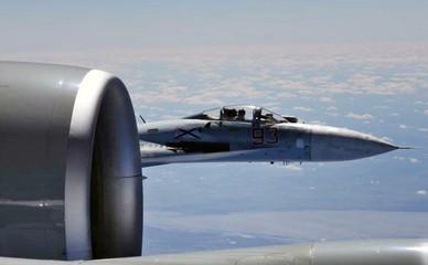 Истребитель Су-27 ВКС России во время самолета-разведчика ВВС США