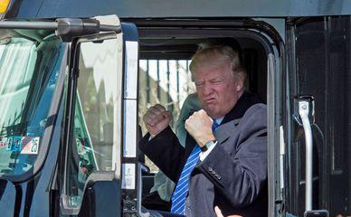 Дональд Трамп за рулем грузовика
