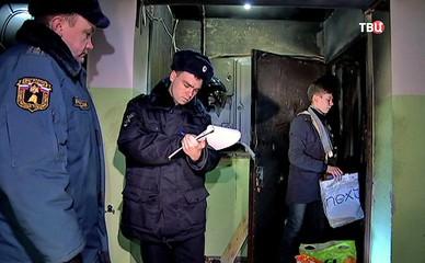 Полиция и спасатели МЧС на месте пожара в квартире