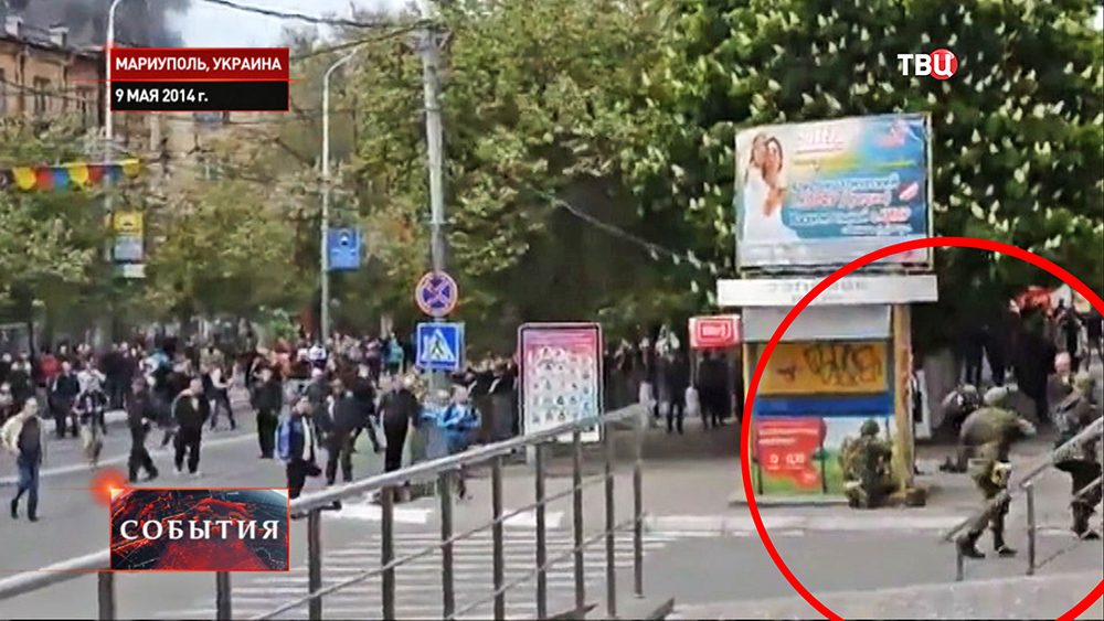 Украинские военные стреляют на улицах Мариуполя