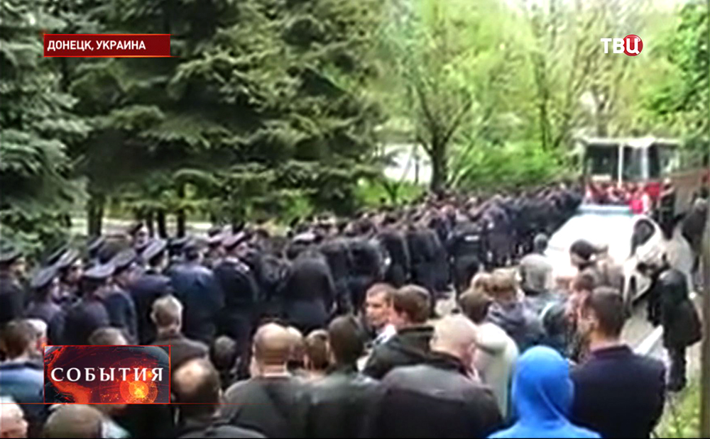 Жители Донецка выдворяют силовиков из грода