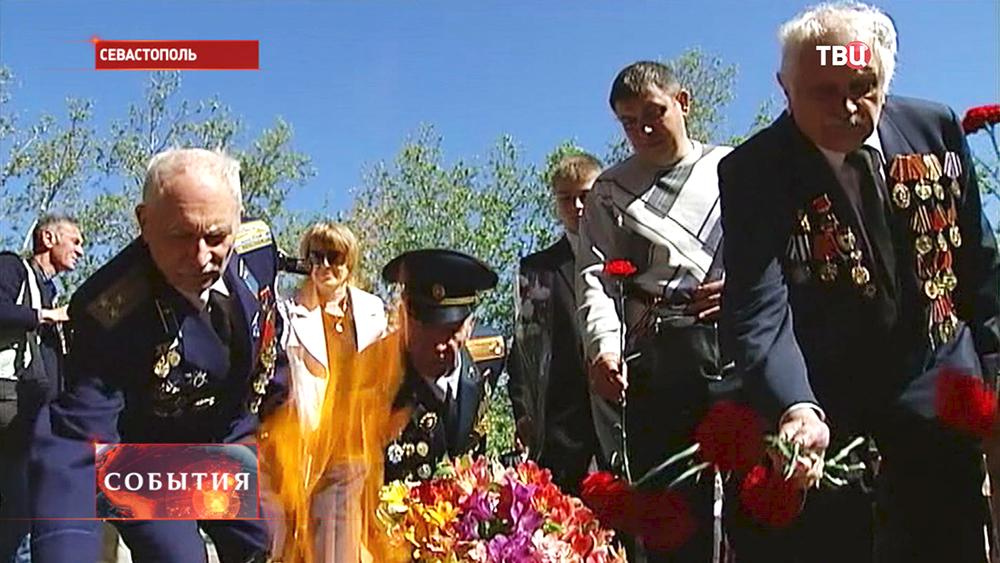 Ветераны возлагают цветы к вечному в Севастополе